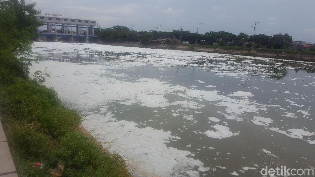 Potret Lautan Busa Limbah Detergen di Kali BKT Marunda
