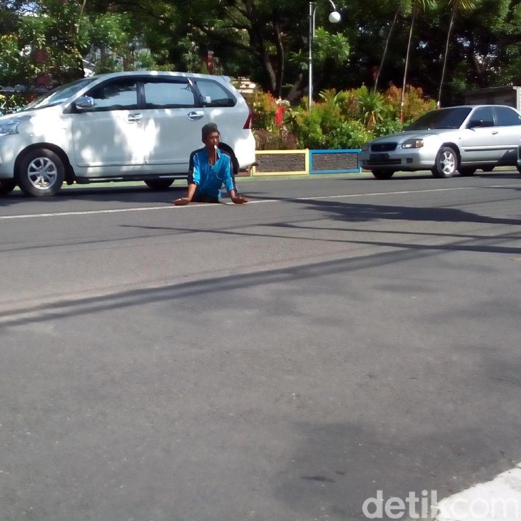 Begini Cara Tukang Parkir Tak Punya Kaki di Kudus Atur Kendaraan
