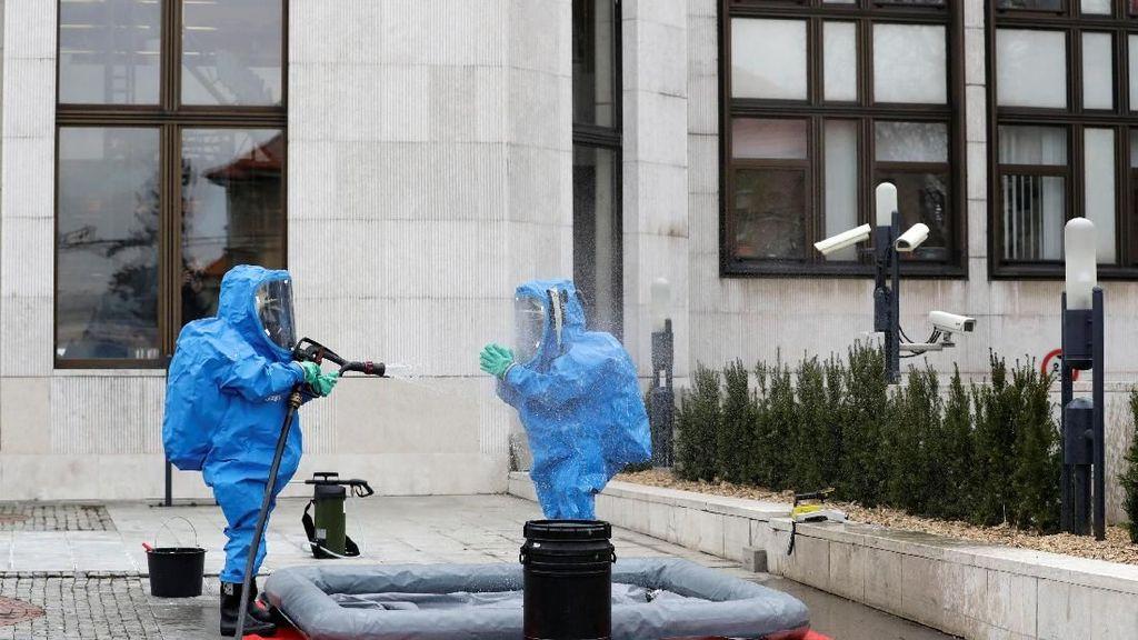 Cara Mandi Polisi Berkostum Khusus Usai Periksa Zat Misterius
