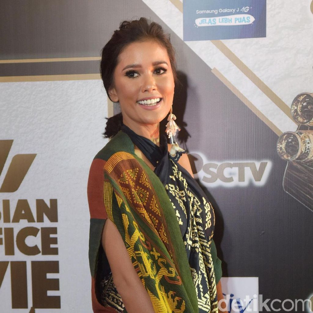 Titi Rajo Bintang Masih Mempesona di Usia 37 Tahun