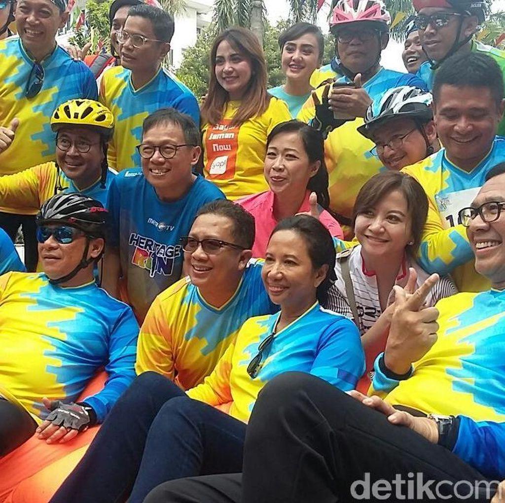 Dibonceng Bos BTN, Rini Soemarno Bersepeda di Kota Tua