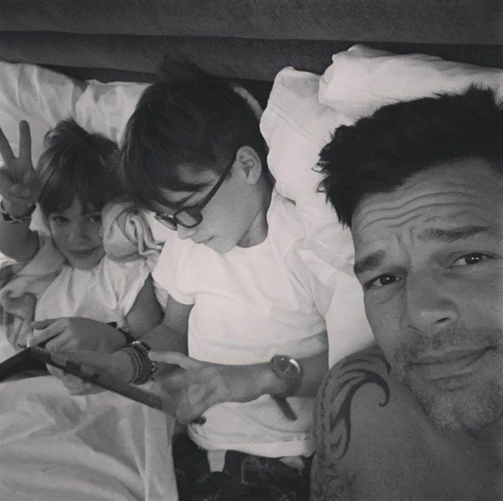 Asyiknya Ricky Martin saat Berkumpul dengan Anak Kembarnya