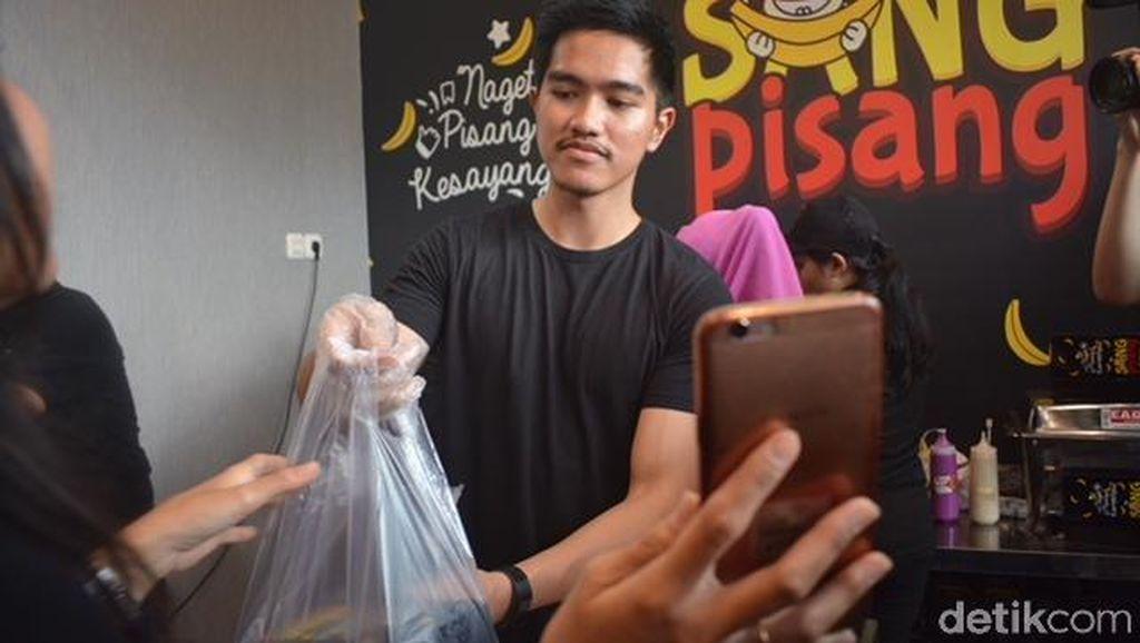 Jualan Sang Pisang di Surabaya, Ini 8 Pose Kaesang Layani Pembeli