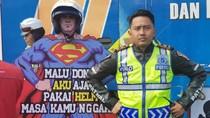 Di Bogor, Ada Superman yang Imbau Pengendara Pakai Helm