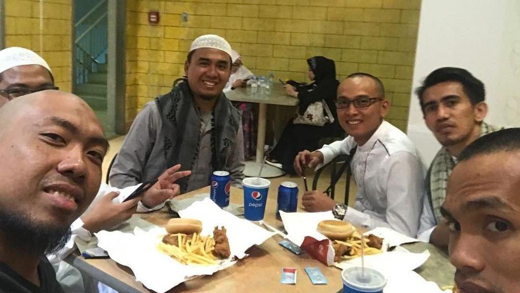 Intip Gaya Makan CEO Abu Tours, Abu Hamzah hingga Pose Makan Skellie si Tengkorak Sosialita