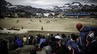 Foto: Stadion Sepakbola Belakangnya Pegunungan Es