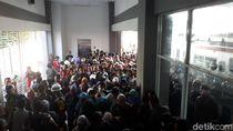 Penumpang KRL Desak-desakan Lewati Satu Tangga di Stasiun Duri