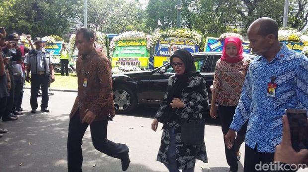 Semobil Bareng Puan, JK Tiba di Rumah Duka Probosutedjo