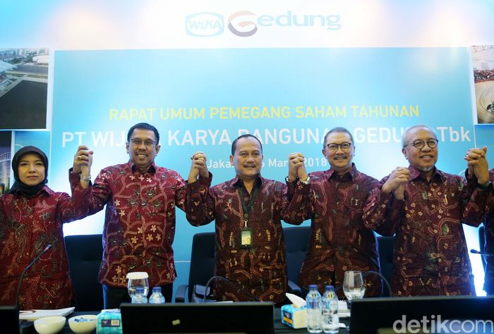 Dirut PT Wijaya Karya Bangunan Gedung Tbk (WEGE), Nariman Prasetyo (keempat kiri) bersama (dari kiri) Komisaris Independen Adji Firmantoro, Komisaris Independen Dini Yulianti, Komut Destiawan Soewardjono, Direktur Independen Abirayadi Riyanto, Direktur Widhi Pudjiono, Direktur Nur Al Fata dan Direktur Djaka Nugraha, usai Rapat Umum Pemegang Saham Tahunan, di Jakarta, Senin (26/3/2018).