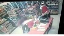 Terekam! 3 Pria Bersenjata Tajam Rampok Minimarket di Sleman