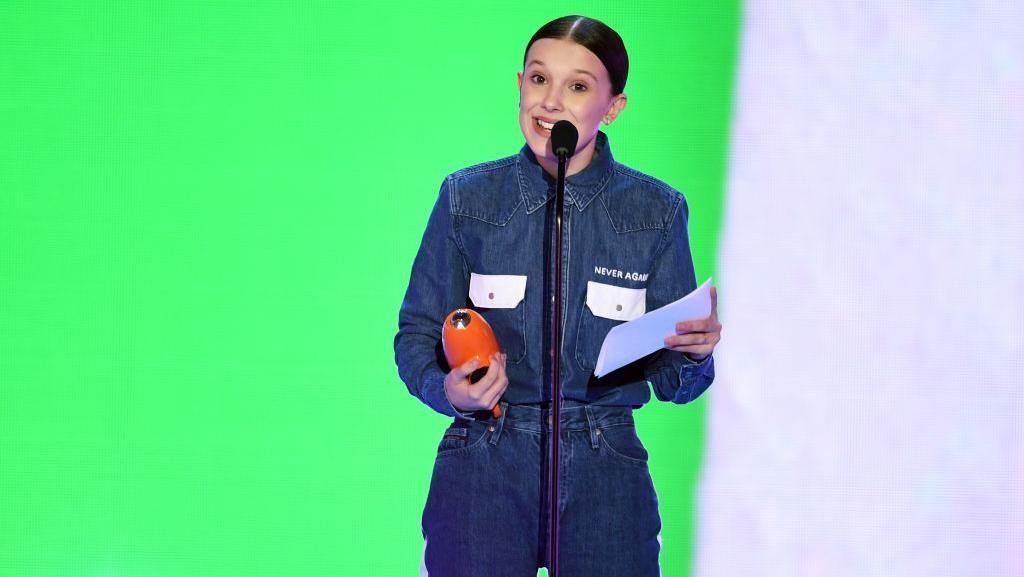 Pesan Mendalam di Balik Gaya Millie Bobby Brown di Kids Choice Awards