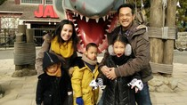Gaya Kompak dan Seru Keluarga Oka Antara Saat Liburan