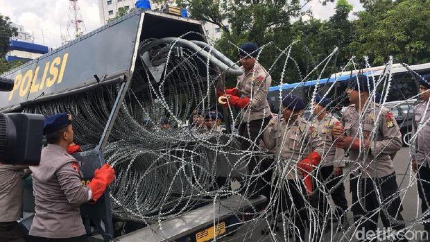 Penjagaan di lokasi demo driver ojek online di dekat Istana, Selasa (27/3/2018)