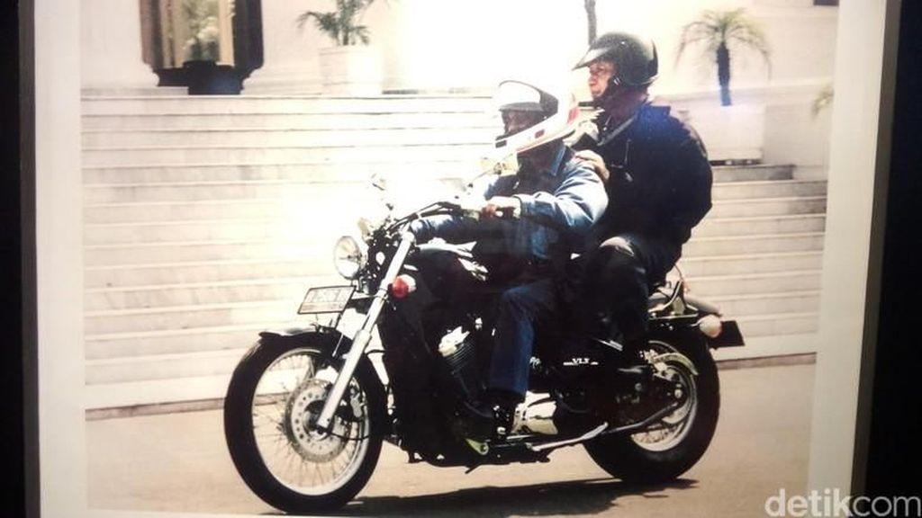 Gaya Habibie dan Soeharto Pakai Helm saat Naik Motor Keliling Istana