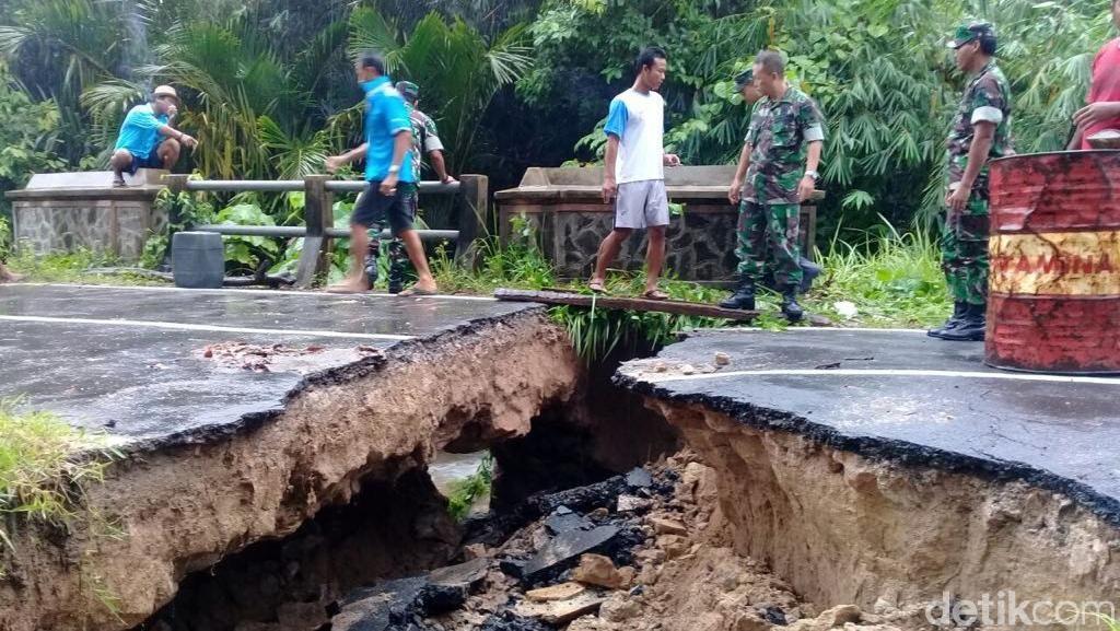 Tergerus Longsor, Jalan Utama di Pulau Karimunjawa Putus Total