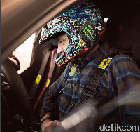 Menjajal Pista, Rossi mengenakan helm khasnya