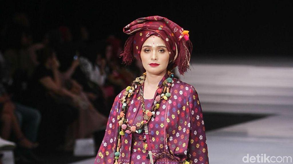 Parade Busana Ulos Warnai Hari Pertama Indonesia Fashion Week 2018
