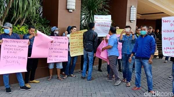 Karyawan Alexis Demo Tolak Ibu-ibu Satpol PP: Balik Kanan!