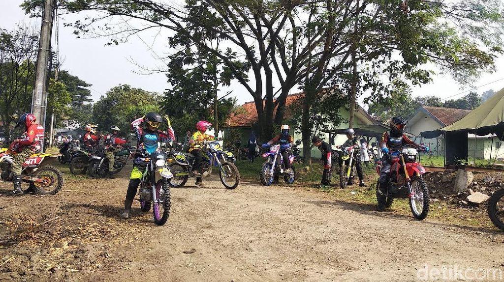 Ribuan Bikers Pencinta Trail Ngegas di Gunung Manglayang Bandung