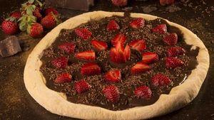 Dessert Pizza dengan Topping Cokelat dan Aneka Buah yang Manis Segar