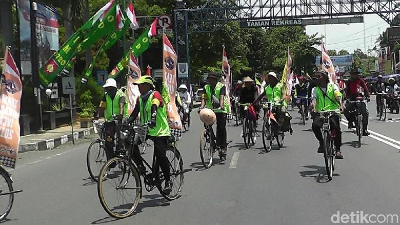 Foto: Onthelis peserta IVCA dalam perjalanan ke Bali (Arif Syaefudin/detikTravel)