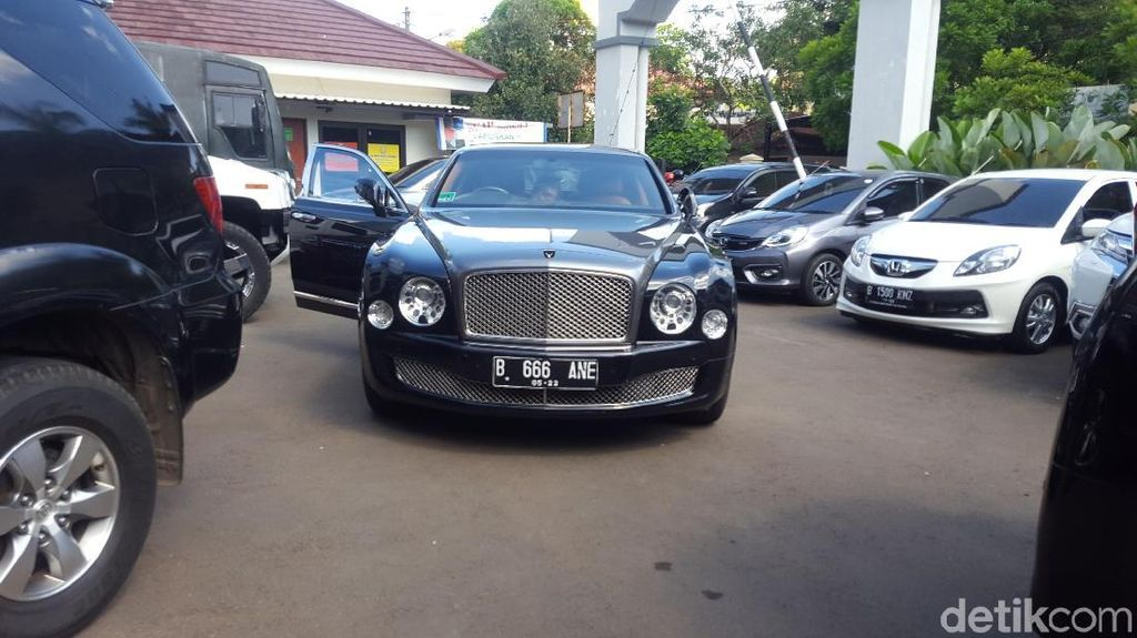 Naik Bentley, Syahrini Tiba di PN Depok Jadi Saksi First Travel