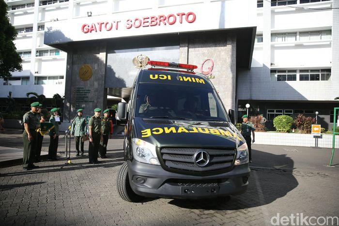Penyerahan mobil ambulans dilakukan di halaman RSPAD Gatot Subroto.
