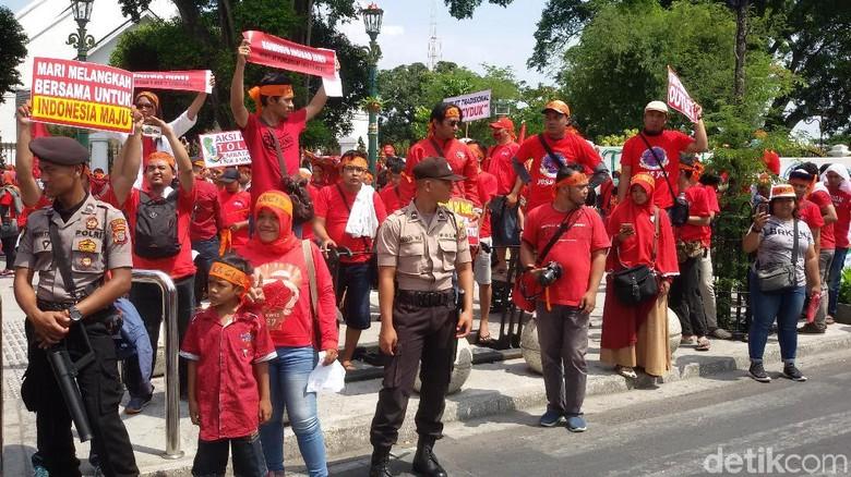 Pedagang Pulsa DIY-Jateng Demo Registrasi SIM Card Dibatasi