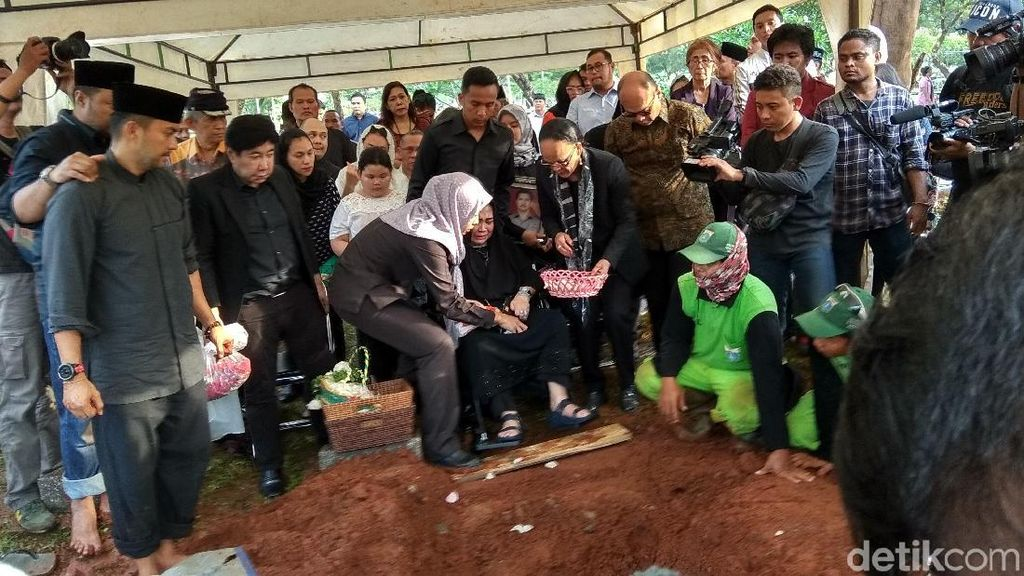 Suami Rachmawati Dimakamkan Secara Militer