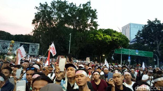 Massa tukang pulsa demo di depan Istana.