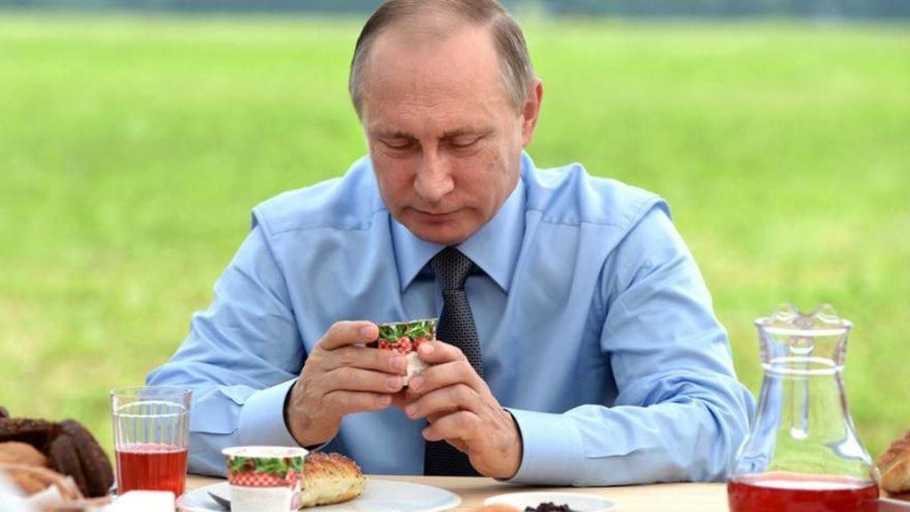Terungkap! Gaya Makan Presiden Vladimir Putin yang Terkenal Tertutup