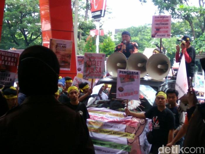 Demo pedagang pulsa di Makassar. Foto: Ibnu Munsir/detikINET