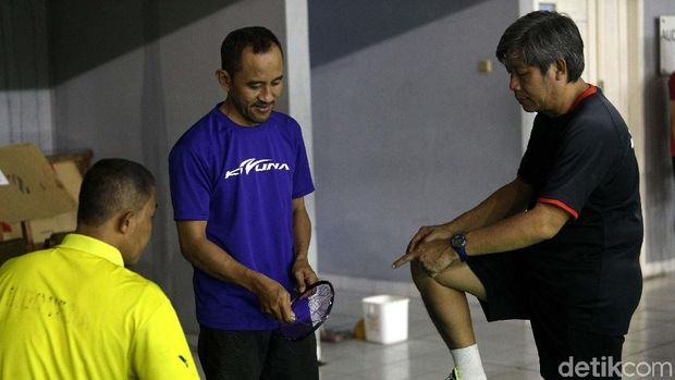 Herry Iman PIerngadi tengah mengawasi pemasangan senar pemain pelatnas PBSI.