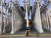 Kanya di depan salah satu karya seni Art of the Americas Building (_kayeazee_/Instagram)