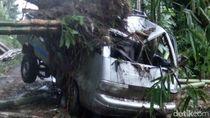 Pikap Isi 4 Orang Tertimpa Longsoran Tebing di Blitar
