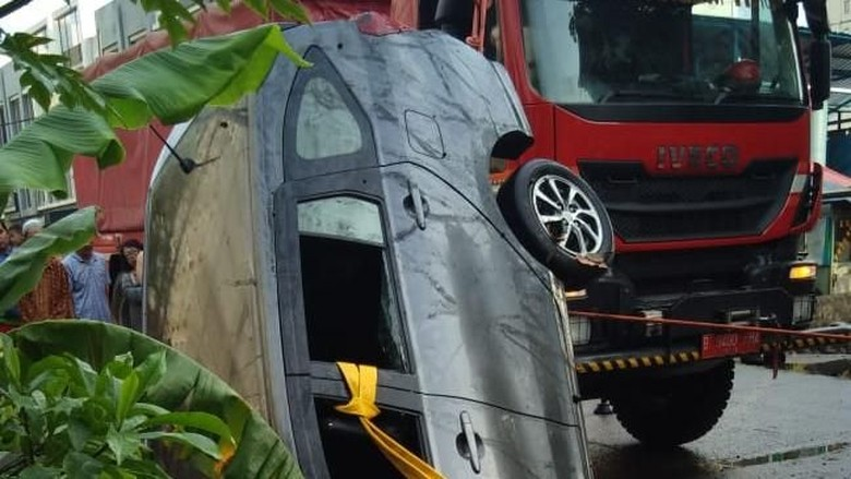 Jalan Tergenang Saat Hujan, Taksi Online Nyemplung ke Sungai