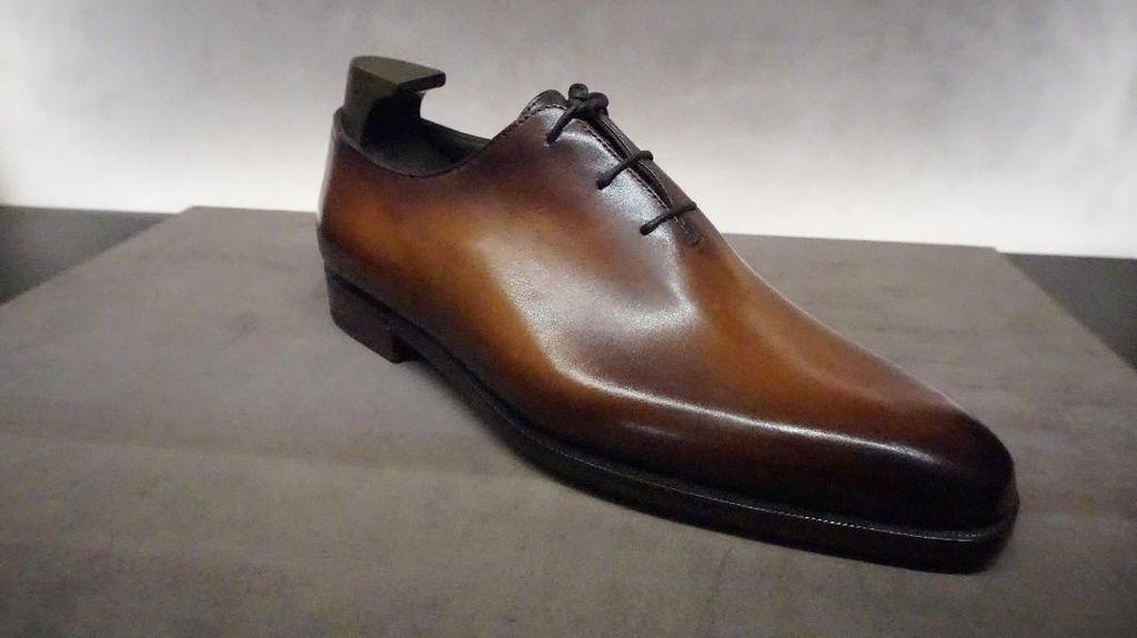 Rahasia Sepatu Hotman Paris Rp 30 jutaan yang Bisa Ganti Warna