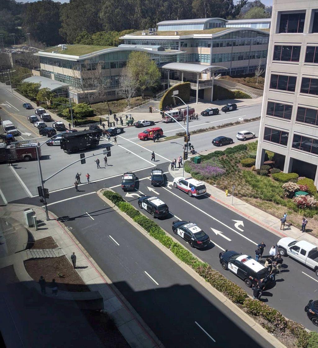 Mobil polisi tampak langsung beriringan datang ke markas besar YouTube di San Bruno, California, Amerika Serikat. Foto: Reuters