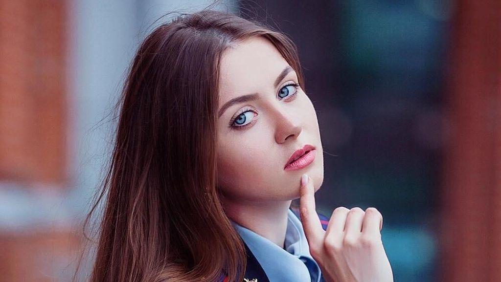 Jatuh Hati Pada Pesona Maria Kotikova, Si Polwan Cantik Bermata Biru