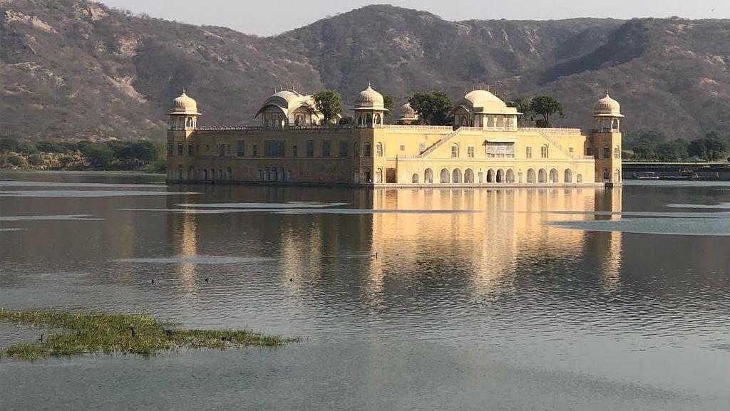 Istana di Tengah Danau, Mengambang atau Terendam?