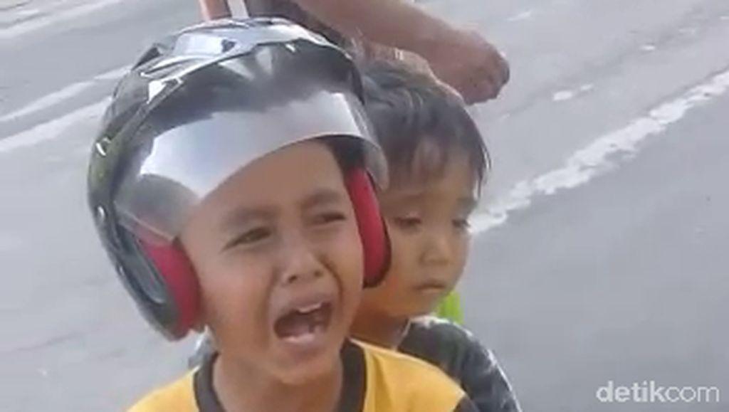 Polisi Kawal Bocah yang Naik Motor Mini di Jalanan