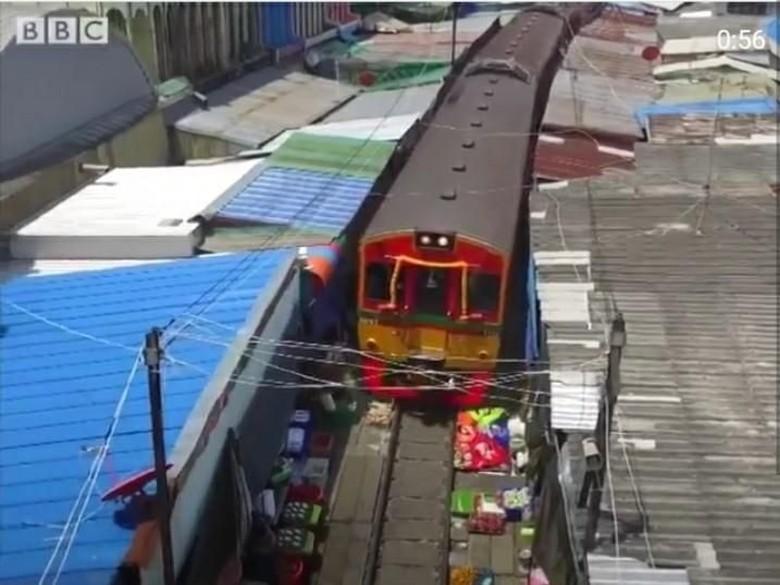 Ngeri tapi Seru! Ada Pasar Mepet Rel Kereta di Thailand