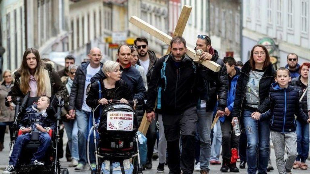 Protes Pembelian Jet F-16, Pria di Kroasia Jalan Salib 200 Km