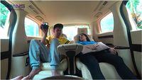 Raffi Ahmad dan Nagita Slavina bersantai di mobil mewahnya.