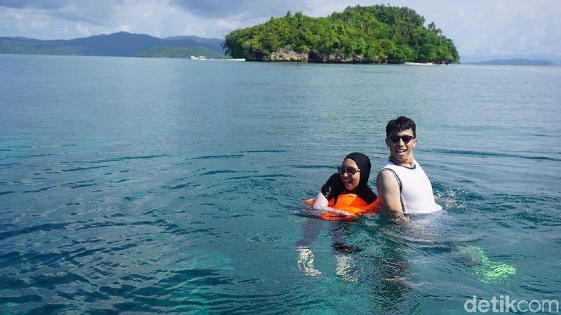 Inilah Andromeda Noholu dan Oktavia Sari Wijayanti pemenang #tiketkemanapun dengan hadiah ke Raja Ampat, kerjasama detikTravel dan tiket.com. Mereka snorkeling di Pulau Mioskon (Shinta/detikTravel)