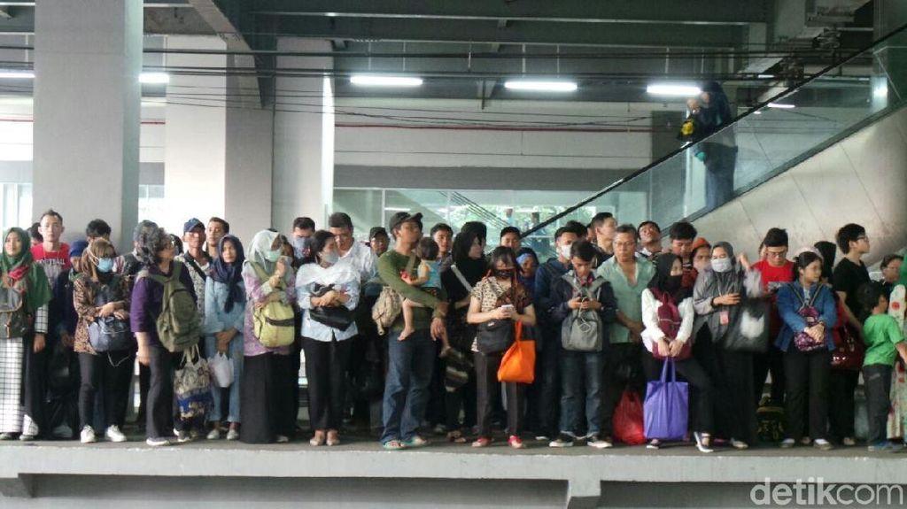 KRL Arah Tangerang Desak-desakan, Menhub Pilih Naik Jurusan Bogor