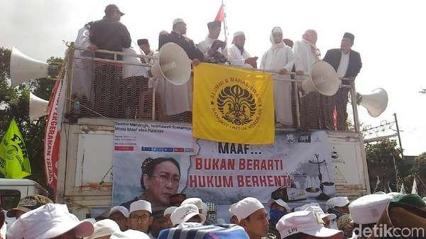 Demo Sukmawati, Massa PA 212 Lantunkan Azan di Bareskrim