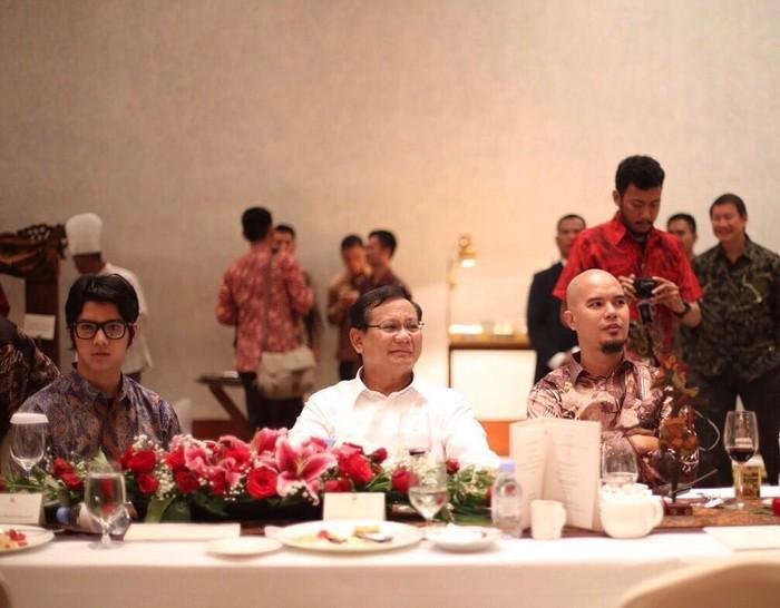 Meskipun terlihat seperti anak baik-baik, dengan mengenakan kaca mata serta potongan rambut yang rapih. Al Ghazali terlihat sedang makan bersama dengan sang ayah dan Prabowo Subianto. Foto: Instagram @alghazali7