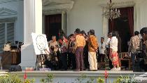 Kolaborasi Jokowi-Nasirun Lukis Indonesia di Teras Istana