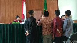 Disidang, 6 Kades Karawang Tidak Tahu Pose 4 Jari Melanggar